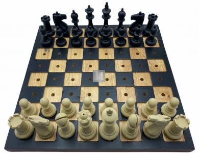 Completo scacchi in plastica e scacchiera in legno per non vedenti